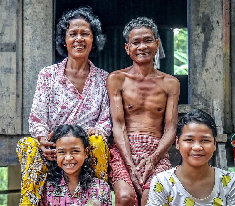 En Camboya, uno se dirige a los demás con formulares familiares (tío, abuela, hija, etc)