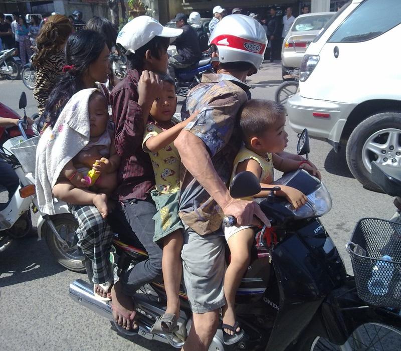 Moto con 4 pasajeros circulando en Camboya