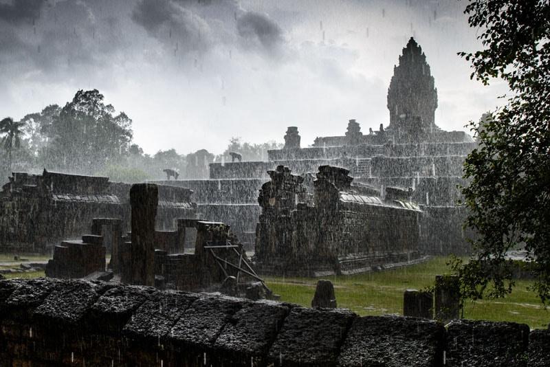 Imagen del lejano Templo de Bakong, en Angkor