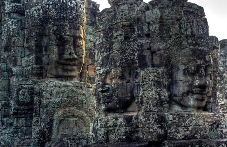 Vista de las cabezas enormes en las torres del Templo de Bayón, en Angkor