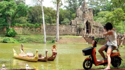 Visita los templos de Angkor en moto eléctrica