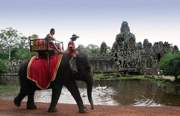 Imagen de un turista sobre un elefante recorriendo los Templos de Angkor