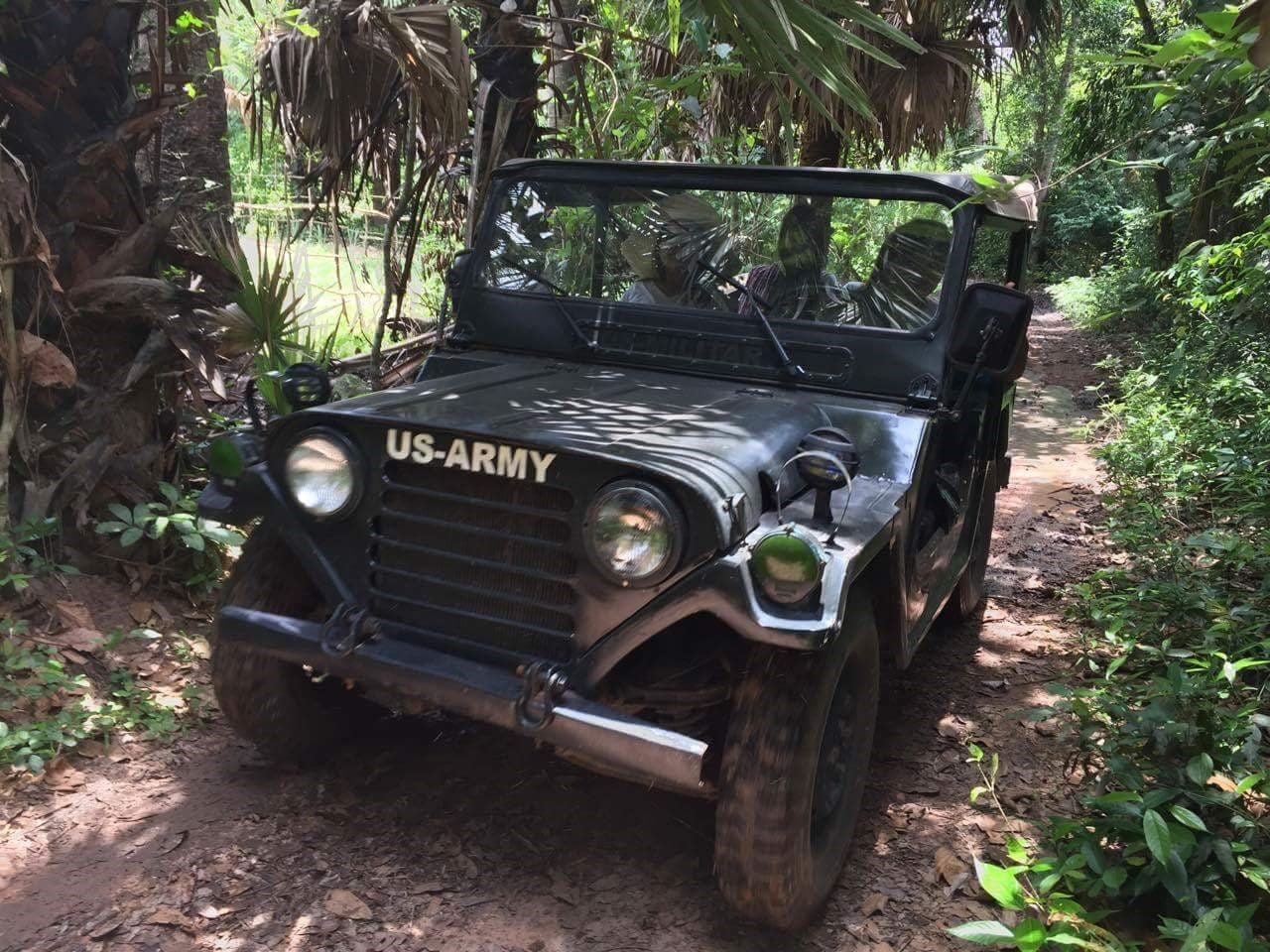 imagen de un jeep Willys 4x4 visitando los templos de Angkor