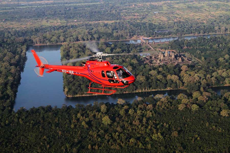 Imagen de un helicóptero visitando los Templos de Angkor