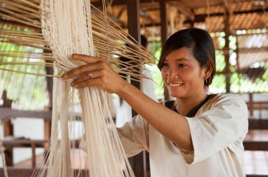 Mujer trabajadora en la granja Golden Silk Pheach, en Camboya
