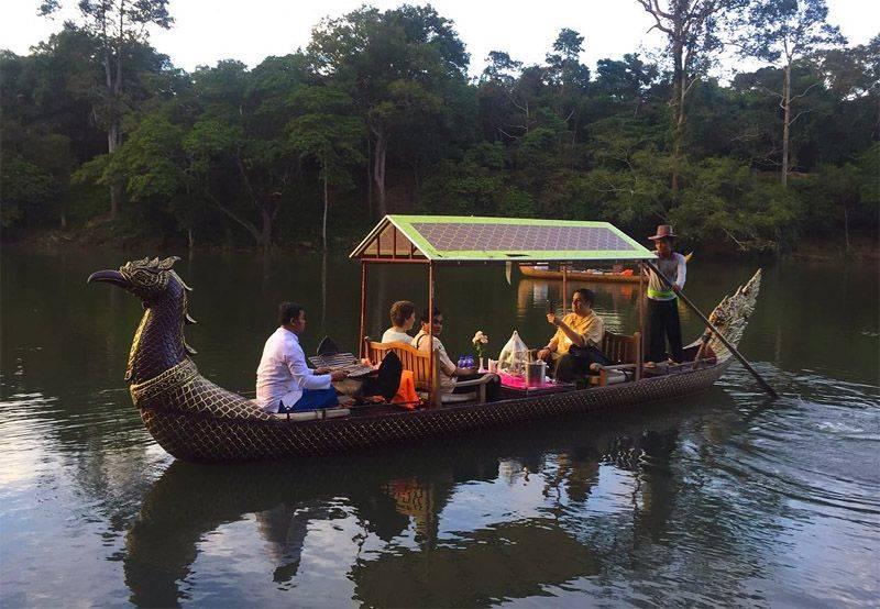 Una pareja en viaje de novios de visita a los Temnplos de Angkor a bordo de una góndola real