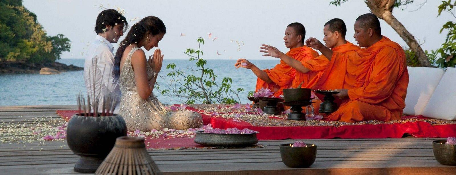 Una bendición por monjes budistas en el viaje de novios