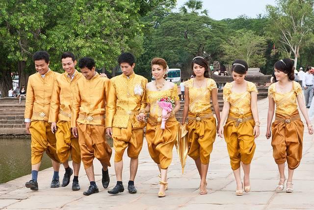 Grupo de jóvenes en Camboya en una boda