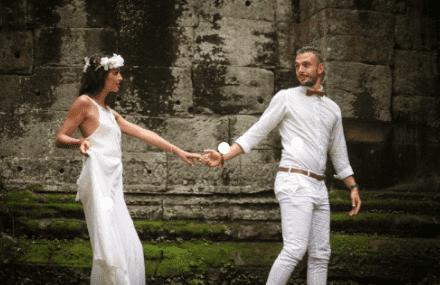 Pareja posando en Angkor fotos profesionales